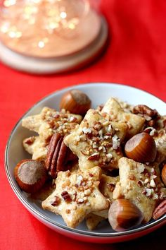 Christmas cookies with nuts, an idea to change the usual Christmas shortbread! Crunchy cookies sprinkled with pecan and praline! Biscuit Cookies, Biscuit Recipe, Vegan Snacks, Vegan Desserts, Cookie Recipes, Snack Recipes, Christmas Biscuits, Christmas Cookies, Noel Christmas