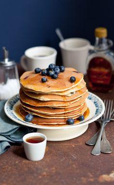 Blueberries pancakes   Styling : Coralie Ferreira  Photography : Virginie Garnier   Un brunch à New York / Hachette