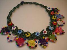 Rengarenk çiçek motifleri ile işlenmiş bonccuklu otantik kolye modeli
