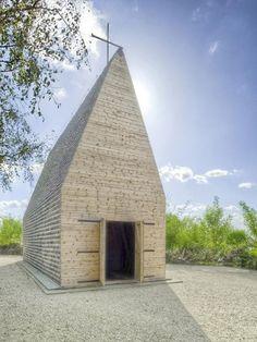 Votum Aleksa to kościół który stanął w Tarnowie nad Wisłą. Projekt pochodzi z pracowni Beton. Elewację kościoła wykonano w całości z drewna sosnowego.