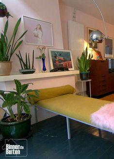 Vintage huurhuis van Maxime en Gordon | Roze zithoek met okergele bank | BinnensteBuiten KRO-NCRV
