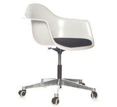 gekocht en onderweg naar mij! zo blij mee! Eames bureaustoel van Neef louis