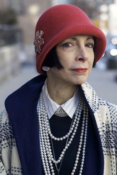 リンダ・ザガリア(Linda Zagaria)さん    リンダは小さい頃から古いモノクロ映画を貪るように見続けたのだとか。彼女のスタイルアイコンは、映画「或る夜の出来事」で知られる女優のクローデット・コルベールと、日本でもかつて絶大な人気を誇った女優マーナ・ロイ。30年代のハリウッドを思わせるスタイルはそこからの引用。「若い頃は他人のために服を着たけれど、今は自分のためにドレスアップするの」と語る。重ねづけのパールなどジュエリーはすべてヴィンテージ。