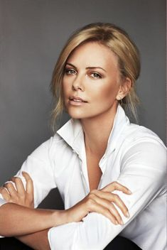 Charlize Theron (L)