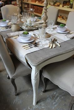BOISERIE & C. Chalk Paint Dining Table, Dining Table Chairs, Tables, French Country Dining Room, Coffee Bars In Kitchen, French Sofa, Living Comedor, Dining Room Inspiration, Deco Table