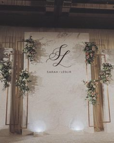 Three panels backdrop. White/grey-white, gold, green
