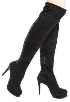 Bota Ellus High Knee Boot Salto Alto Fino Meia-Pata Preta, com cabedal acamurçado, bico redondo, meia-pata de 2cm, cano over knee de 59cm/42cm e salto agulha.