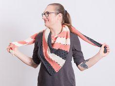 DIY-Anleitung: Tunesisch gehäkeltes Dreieckstuch / diy inspiration: Crocheting pattern for a triangular scarf via DaWanda.com
