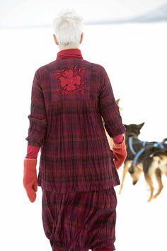 Gudrun Sjödéns Winterkollektion 2014 - Die Karobluse hat neben der durchgehenden Knopfleiste auf der Vorderseite auch eine zauberhafte Stickerei auf dem Rücken. http://www.gudrunsjoeden.de/mode/produkte/blusen-tuniken