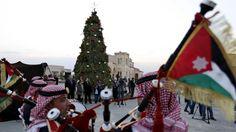 Los miembros de una banda de la policía jordana durante una celebración de la iluminación de un árbol de Navidad de 12 metros de altura en una iglesia luterana, en el río Jordán, en Shouneh