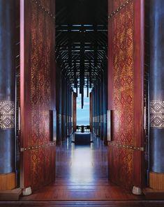 Pochoir et métal clouté sur les immenses portes.  (Déco tropicale pour un hôtel de luxe aux Maldives | DecoCrush blog déco, idées déco)