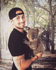 When Michael Ray was in Australia. He met this cutie his name is Tyson :) <3 Love this picture <3