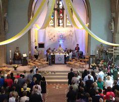 Een prachtig versierde St. Josephkerk tijdens de twee vieringen van de Eerste Heilige Communie 2014.