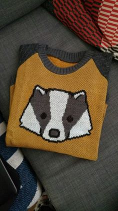 seriously adorable hufflepuff badgerface jumper by elhoffer designs Harry Potter Lufa Lufa, Mode Harry Potter, Hufflepuff Pride, Mischief Managed, Fantastic Beasts, Pulls, Ideias Fashion, Creations, Knitting Projects