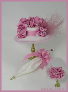 Pink hats & parasol - miniature by Cynthia Howe Dollhouse Kits, Dollhouse Dolls, Dollhouse Miniatures, Miniature Dollhouse Accessories, Miniature Dolls, Pink Hat, Barbie Accessories, Tiny Treasures, Decoration Table