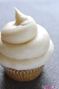 Silky and sweet with a slight tang from the cream cheese, this effortless Classic Cream Cheese Frosting comes together with just four ingredients and complements a variety of cakes and cupcakes! Best Frosting Recipe, Homemade Frosting, Icing Frosting, Frosting Recipes, Cheesecake Frosting, Cream Cheese Frosting, Great Desserts, Delicious Desserts, Dessert Recipes
