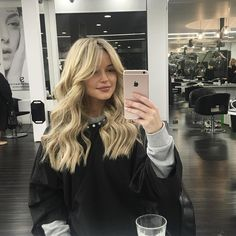 Tonight at I got a much needed ? Thanks to for creating my new look with this amazing cut and Hairstyles With Bangs, Pretty Hairstyles, Middle Part Hairstyles, Medium Hair Styles, Curly Hair Styles, Hair Inspiration, Hair Inspo, Brown Blonde Hair, Blonde Bangs
