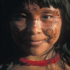 A young Sanema girl, part of the branch of the Yanomami tribe who live in the tropical rain forest on both sides of the Venezuelan and Brazilian border.The Yanomami are one of Venezuela's best-known indigenous tribes. We Are The World, People Around The World, Beautiful World, Beautiful People, Yanomami, Amazon People, Amazon Tribe, Arte Tribal, Indigenous Art