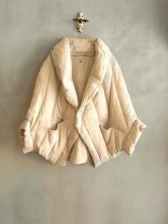 .maybe bed jacket made out of old quilt, brilliant ! Would like have the pattern to this.