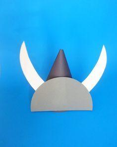 Une idée originale pour porter le casque gaulois sans trop d'efforts! #bullemonteregie #gardemangerqc Dinosaure Herbivore, Rome Antique, Party Hats, Vikings, Party Themes, Unique Jewelry, Handmade Gifts, Château Fort, Vintage