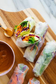 These Vietnamese spring rolls are fresh, not fried! This veggie-packed recipe is easy to , with step-by-step photos. Make spring rolls for your next party! Peanut Sauce Recipe, Sauce Recipes, Fresco, Peanut Dipping Sauces, Vegetarian Recipes, Healthy Recipes, Lunch Recipes, Vegetarian Sandwiches, Going Vegetarian