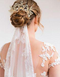 Pieptan voal auriu cu flori Imperiale Bridal Hair Vine, Wedding Headband, Wedding Veil, Lace Wedding, Wedding Dresses, Elegant Hairstyles, Bride Hairstyles, Elegance Hair, Wedding Hair Pieces
