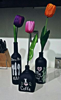 Decorate With Glass Bottles And Flowers 11 Beer Bottle Crafts, Diy Bottle, Painted Glass Bottles, Painted Jars, Wine Bottle Vases, Bottles And Jars, Mason Jar Crafts, Mason Jar Diy, Garrafa Diy