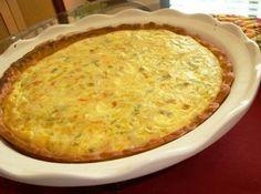 Receita de Quiche de Alho porro e 4 queijos.(8 porções) - Ingredientes da massa:, 1 1/2 xícaras de chá de farinha de trigo, 1 de ovo, 2 colheres de sopa de manteiga, 1 colher sopa de água, Ingredientes do recheio:, 1 lata de creme de leite, 2 xícaras chá de leite, q. b. de noz-moscada, 4 ovos, 1 colher de sopa de farinha de trigo, 250 g de queijo minas, 100 g de queijo emmenthal (pode substituir por outro queijo amarelo), 100 g de queijo gorgonzola, 50 g de queijo parmezon, 1 colher de sopa…