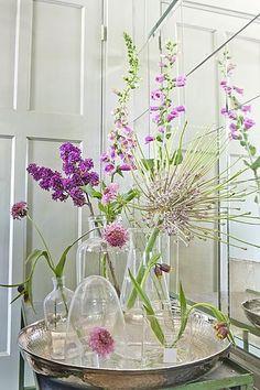 Het lijkt wel voorjaar. Lekker fris. Eigenlijk zouden alle interieurs helemaal wit moeten zijn. Met natuurlijke kleur accenten van bloemen, planten en mooie materialen.
