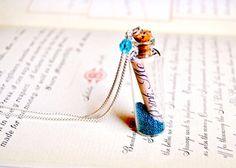 Alice in wonderland inspired jewelry Drink me necklace. Sautoir Drink Me inspiré d'Alice au pays des par OhlalaMademoiselle
