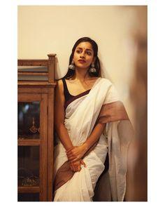 Pretty White Saree With Maroon Border Simple Sarees, Trendy Sarees, Stylish Sarees, Indian Photoshoot, Saree Photoshoot, Indian Beauty Saree, Indian Sarees, Bengali Saree, Kerala Saree
