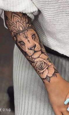 cool lion tattoo ideas for girls © tattoo artist Girl Thigh Tattoos, Foot Tattoos For Women, Girls With Sleeve Tattoos, Amazing Sleeve Tattoos, Arm Tattoos For Girls, Girl Tattoo Sleeves, Mandala Tattoos For Women, Arm Sleeve Tattoos For Women, Women Sleeve