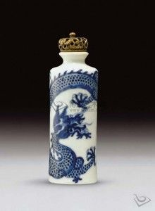 Chinese blue and white porcelain cylindrical snuff bottle