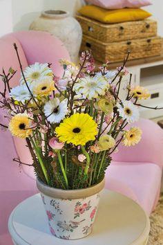 Colourful gerbera bouquet in a white decorated vase #whitegerberas #pinkgerberas #yellowgerberas #inspiration #colouredbygerbera #dutchgerbera
