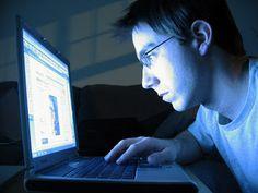 A síndrome é conhecida nos países de língua inglesa pela sigla IAD (Internet addiction disorder) e é caracterizada por um forte desejo de permanecer horas e horas conectado à rede, a ponto de comprometer a própria vida real.