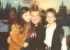 """Sandy & Junior logo caíram no gosto do público. Durante a década de 90, ela e o irmão começaram cantando em programas de TV sucessos da música sertaneja, mas migraram para o gênero Pop. Na foto, os dois posam com a """"rainha dos baixinhos"""" Xuxa após apresentação em seu programa."""