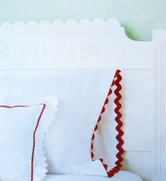 DIY Sewing Projects- Pillowcase Ideas -Rickrack Trim Pillowcase Idea Example - No Instructions Diy Sewing Projects, Sewing Tutorials, Sewing Hacks, Sewing Crafts, Diy Crafts, Sewing Ideas, Patchwork Quilt, Diy Home Decor Easy, Spring Projects