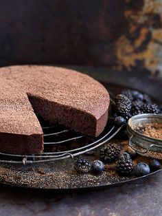 No one will be able to resist this flourless chocolate mud cake with extra virgin olive oil from Donna Hay. Flourless Chocolate Cakes, Gluten Free Chocolate, Chocolate Desserts, Chocolate Olive Oil Cake, Chocolate Mud Cake, Gluten Free Cakes, Gluten Free Baking, Donna Hay Recipes, Almond Recipes