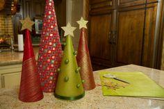 Αυτά τα δεντράκια είναι πολύ όμορφα και πανεύκολα! Θα χρειαστείτε: κόλλα χαρτί περιτυλίγματος ψαλίδι πιστόλι σιλικόνης διακοσμητικές χάντρες και αστεράκια Δείτε πως θα τα φτιάξετε στο παρακάτω βίντεο: babyradio.gr- Γκαλίτσιου Μαριάννα