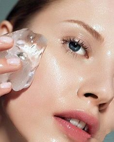 15 Simple Tricks to Get Clear Skin Overnight 7 Ice beauty DIYs Puffy eyes: Brew strong green tea and pour it in an ice cube tray. Wrap the green tea ice cube in a cloth and use it under the eyes Beauty Care, Diy Beauty, Beauty Skin, Beauty Makeup, Beauty Hacks, Makeup Tips, Fashion Beauty, Beauty Ideas, Clear Skin Overnight