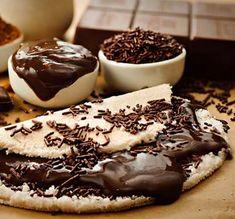 Que tal uma tapioca doce pra começar bem o dia? Essa de brigadeiro é uma delícia…