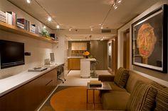 Sala de jantar, sala de estar, quarto, cozinha, home-office, sala de televisão, lavanderia e muitos armários, tudo isso em um apartamento de apenas 55 metros quadrados! Se você procura por apartamentos pequenos aqui no Brasil, vai encontrar várias opções com mais ou menos esse tamanho. No enta