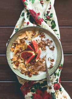Gingerbread Quinoa Porridge (vegan, GF) - creamy, comforting and very festive. Full of amazing spiced and topped with figs and toasted coconut. Oatmeal Recipes, Vegan Breakfast Recipes, Breakfast Bowls, Vegan Recipes, Raw Coconut, Toasted Coconut, Quinoa Porridge, Dried Figs, Creative Food
