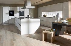 Weiße Küche mit Holzboden