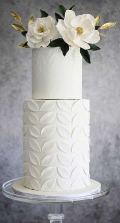 Just like bridal dresses, wedding cakes can also be trendy or obsolete. A traditional wedding cake is usually a white vanilla cake in towering stacked layers. However, we are onto year wedding cake trends are becoming more and more playful. Types Of Wedding Cakes, Amazing Wedding Cakes, Elegant Wedding Cakes, Wedding Cake Decorations, Wedding Cake Designs, Wedding Themes, Wedding Colors, Textured Wedding Cakes, Traditional Wedding Cakes