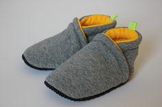 Weiche und kuschelige Hausschuhe für kleine Füße. Die bequeme Puschen sind von zwei Schichten dicken Baumwolljersey in den Farben deiner Wahl gemacht. Ein Gummiband helft dem Schuh auf dem Fuß zu...