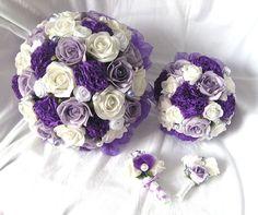 Svatební set tmavě fialový Tento svatební set byl vyroben na přání, laděn do bílo-fialova. Obsahuje kytici pro nevěstu, menší kytičku, korsáž pro ženicha a menší korsáž. Toužíte-li také po takové kytici, neváhejte mne kontaktovat.