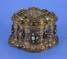 Cassette by Daniel Pratsch (Master 1677 - died 1694). Augsburg c 1680 Silver, gold plated. Wrought, cast and chased. Wall with Früchtefestons. Lid with integral relief. Depicting royal couple. All-round semi-precious stones, amethyst, garnet, turquoise, gold-plated, among other things inside.