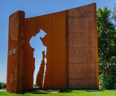war memorial - made from corten steel Memorial Architecture, Monumental Architecture, Landscape Architecture, Landscape Design, Contemporary Landscape, Memorial Park, Veterans Memorial, Exterior Signage, Design Museum