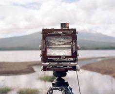 Mirad qué fotografía hemos encontrado en la nube de Pinterest. Nos parece que queda reflejada perfectamente nuestra pasión por la fotografía y, además, transmite una nostalgia y una paz increíbles. ¿No os parece?